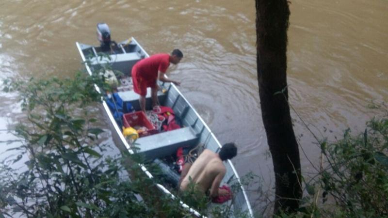 Bombeiros durante buscas no Rio Marmeleiro. Foto: Ana Elisa Maier