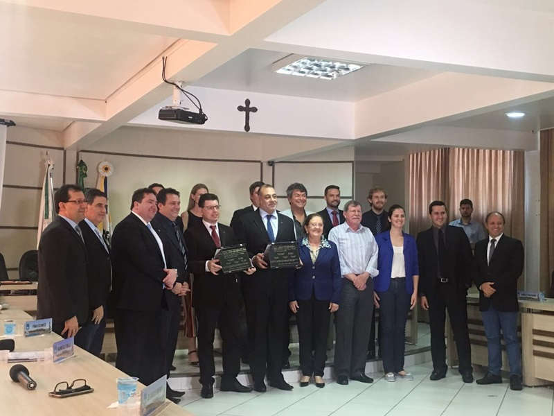 Homenageados em companhia dos vereadores de Francisco Beltrão. Foto de divulgação