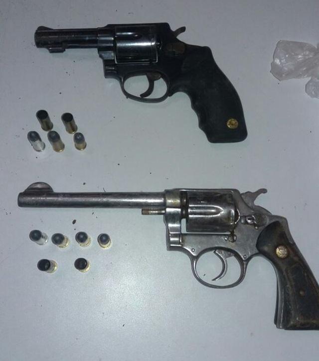 Armas encontradas pela polícia durante buscas aos suspeitos do crime. Foto de divulgação