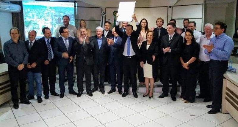 Reichembach e demais lideranças estaduais e municipais na entrega do título de Cidadão Honorário de Francisco Beltrão. Foto de divulgação