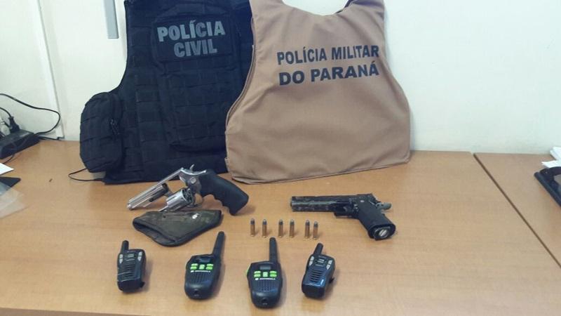 Durante a operação foram apreendidos rádios comunicadores, um revólver calibre 38 e um simulacro de pistola. Foto de divulgação