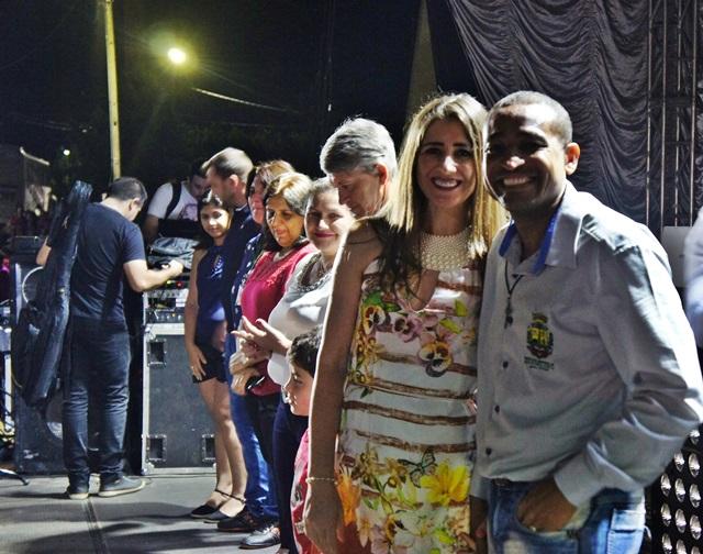 Prefeito Jaimir acompanhado da esposa Elizângela Gomes aguardando a chegada do Papai Noel. Foto de divulgação
