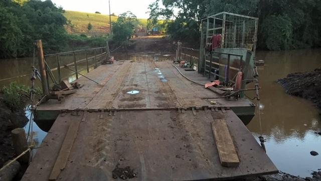 """A balsa """"Cavernoso"""", na travessia do rio Cavernoso entre os municípios de Cantagalo e Candói, foi lacrada devido ao tripulante não ser habilitado e outras discrepâncias. Foto de divulgação"""