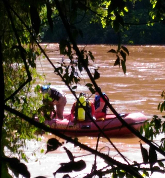 Mergulhadores estão tendo dificuldade por conta da correnteza do rio. Foto: Evandro Artuzi/RBJ