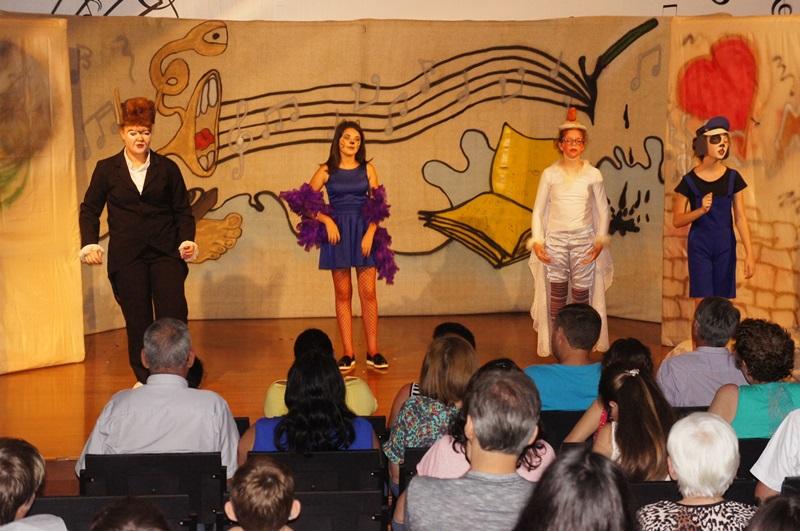 Elenco durante apresentação da peça. Foto de divulgação