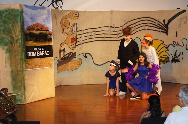 Integrantes do grupo durante apresentação em Marmeleiro. Foto de divulgação