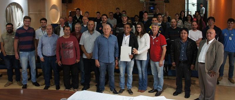 Traiano junto com lideranças municipais durante assinatura de convênio. Foto de divulgação