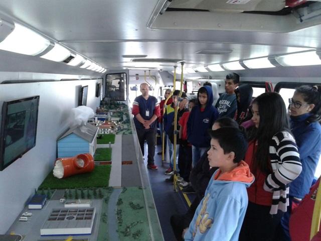 Alunos observam atentos as explicações dentro do Ecoexpresso. Foto de arquivo Sanepar