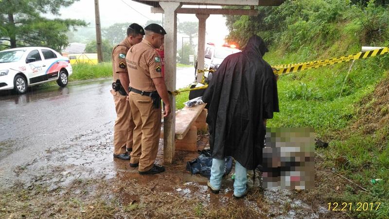 Corpo foi encontrado em um ponto de ônibus. Foto: Evandro Artuzi/RBJ