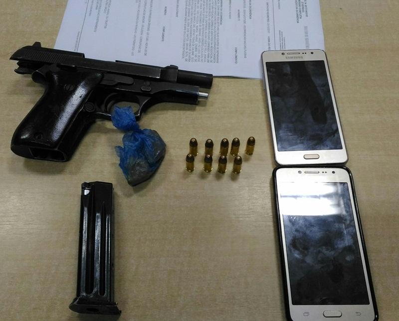 Com os suspeitos foi apreendida uma arma de fogo, munições e droga. Foto: Evandro Artuzi/RBJ