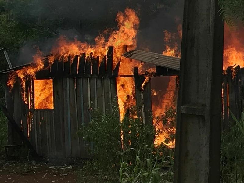 Em poucos minutos, casa ficou completamente destruída. Foto: Willian Fernando Pereira