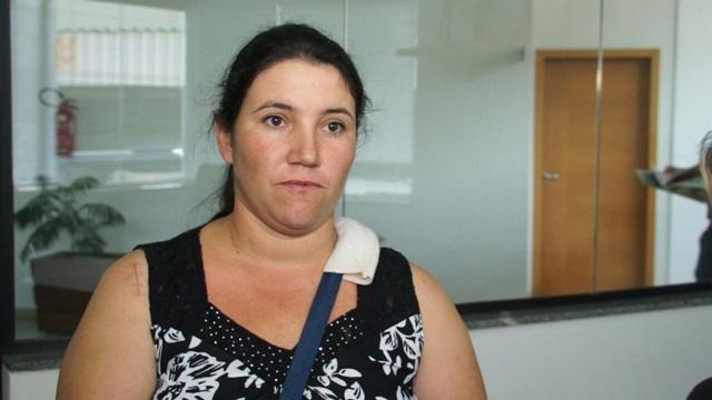 """""""Não tínhamos outra opção, só tirar o leite e jogar fora"""", desabafou a produtora de leite Viviane Carbonera. Foto de divulgação"""