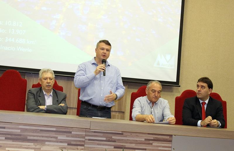 Curso foi aberto nesta segunda pelo presidente da Amsop, Frank Schiavini; na mesa também estão Jacir Bombonatto, prefeito Agilberto Perin e Tiago Lippod. Foto de divulgação