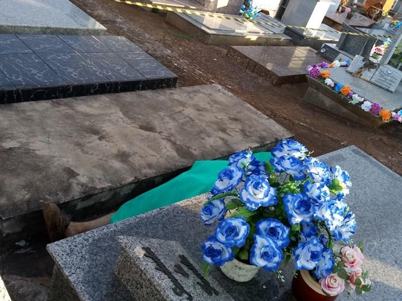 Corpo foi encontrado entre os túmulos do Cemitério Municipal. Foto: Márcio Loter