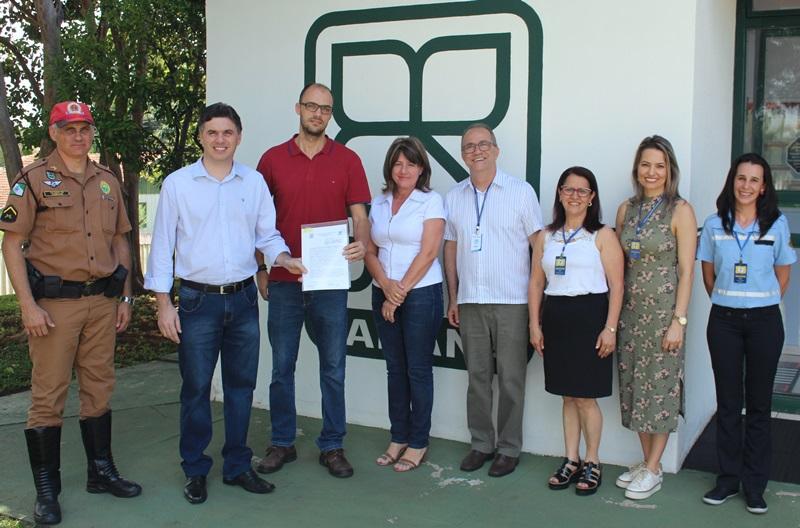Renovação da parceria aconteceu na sede do DER/PR, em Francisco Beltrão. Foto de divulgação
