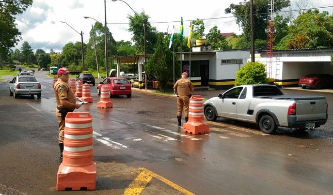 Início da operação em frente ao Posto de Fiscalização de Francisco Beltrão, na PR-180. Foto: Evandro Artuzi/RBJ