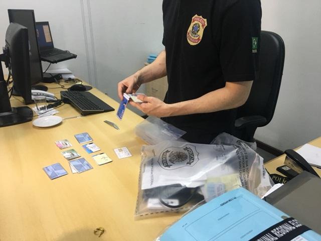 Cartões de benefícios foram apreendidos na casa dos suspeitos. Foto: Monique Sfoggia/ RBJ