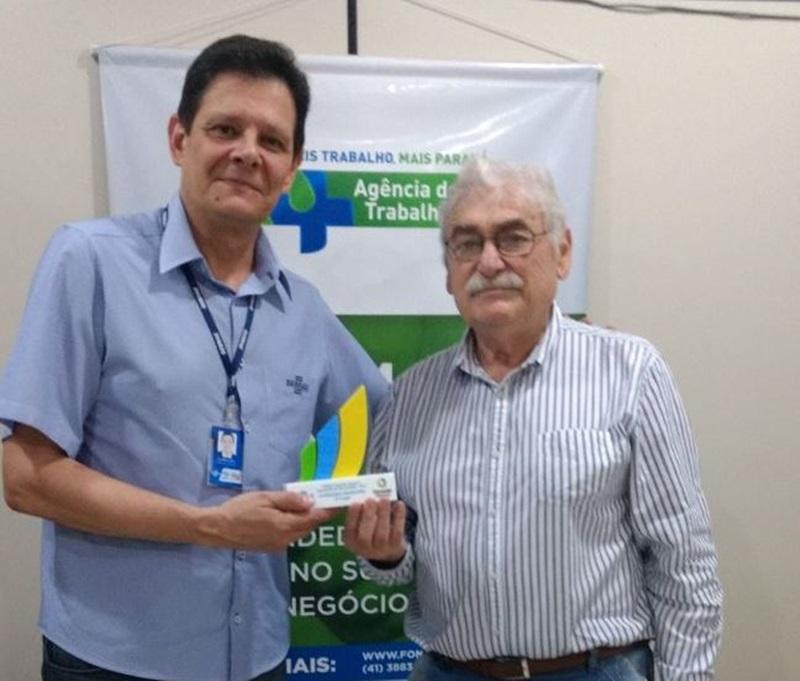 Legenda da foto: Gilcindo Corrêa fez a entrega dos prêmios para Ademar Jairo Bertol (crédito - Arquivo pessoal)