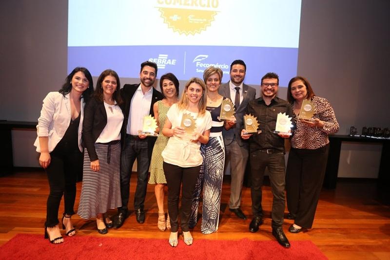 Legenda da foto: Grupo de empresários de Francisco Beltrão que participou da solenidade, em Curitiba (crédito da foto: Luis Felipe Miretzki)