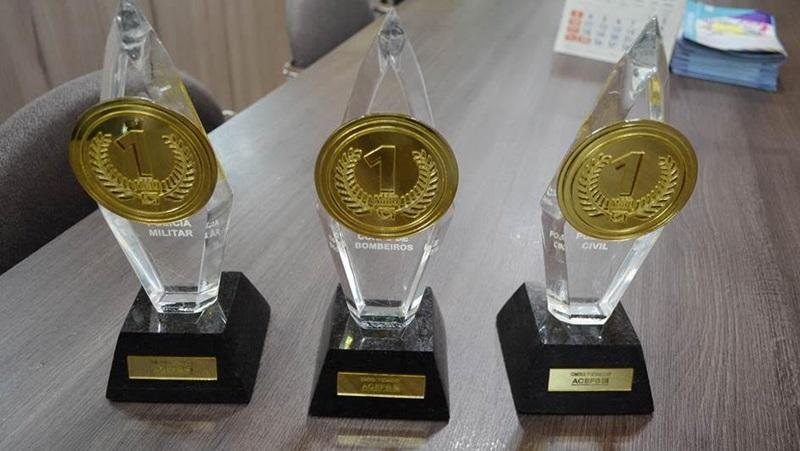 Os troféus foram fabricados pela empresa Destake Luminosos, associada à Acefb. Eles pesam pouco mais de 1 quilo, medem 27 centímetros e são feitos de acrílico e mármore. Crédito: Darce Almeida/Acefb.