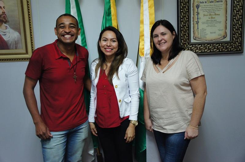 O prefeito Jaimir Gomes ao lado na nova médica do Programa Mais Médicos, e da Diretora de Saúde ,Simone Antes. Foto de divulgação